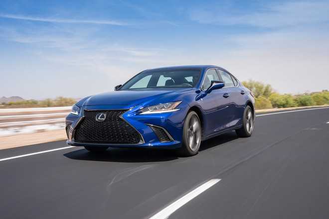 2019-Lexus-ES-front-three-quarter-in-motion-03.jpg